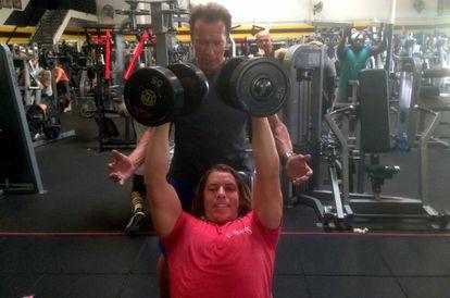 Arnold Schwarzenegger e Joseph Baena treinando em uma academia em Los Angeles.