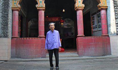 """Liang Jieyun, uma das poucas """"mulheres que se penteavam sozinhas"""" sobreviventes, em Bingyutang"""