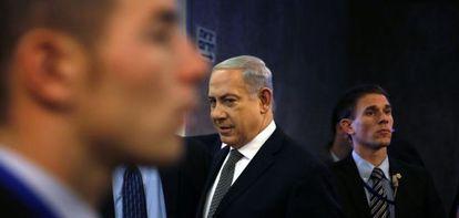 Netanyahu chega à reunião do Governo de Israel.