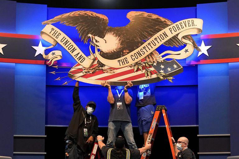 Preparativos no cenário do primeiro debate presidencial, em Cleveland (Ohio), nesta segunda-feira.