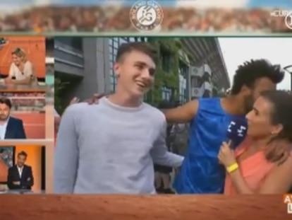 Tenista é expulso de Roland Garros depois de tentar beijar repórter ao vivo