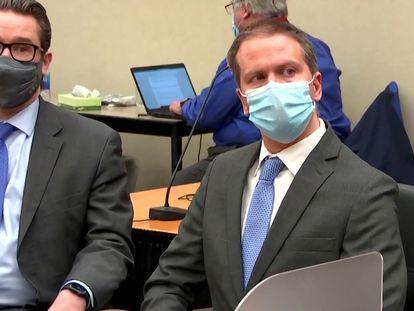 O ex-agente Derek Chauvin (direita), em 20 de abril, com seu advogado, Eric Nelson, escutando o veredito do júri em Minneapolis.