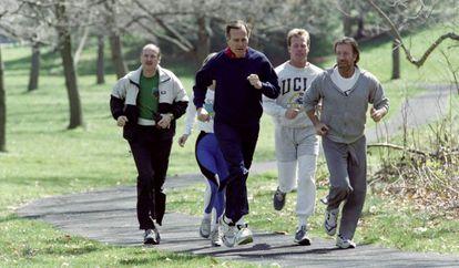 Chuck Norris trabalhando como 'personal trainer' do então presidente dos Estados Unidos George W. Bush em 1990.