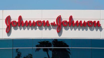 A fachada da sede da Johnson & Johnson em Irvine, na Califórnia.