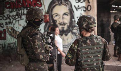 Forças Armadas patrulham a favela da Maré, no Rio, no último dia 13.