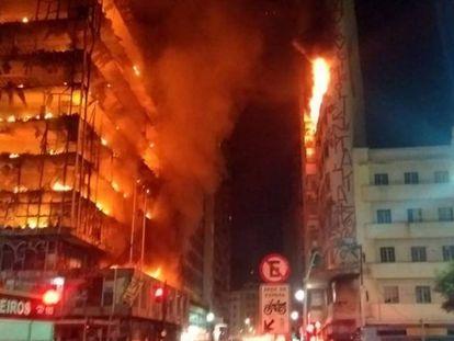 Prédio desaba após incêndio no centro de São Paulo