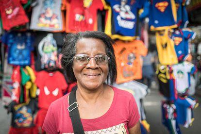 Socorro Alexandre do Nascimento num mercado de São Paulo