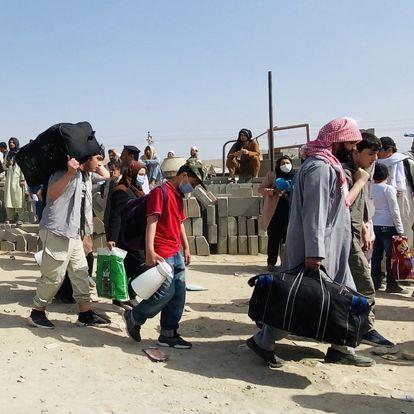 -FOTODELDIA- Kabul (Afganistán), 19/08/2021.- Un grupo de afganos ante el Aeropuerto Internacional Hamid Karzai para tratar de huir del país, en Kabul, este jueves 19 de agosto de 2021. Miles de afganos desesperados, incluidos ancianos, mujeres y niños, acampan fuera del aeropuerto de Kabul durante días con la esperanza de ser evacuados del país tras ser tomado por los talibanes. EFE/STRINGER