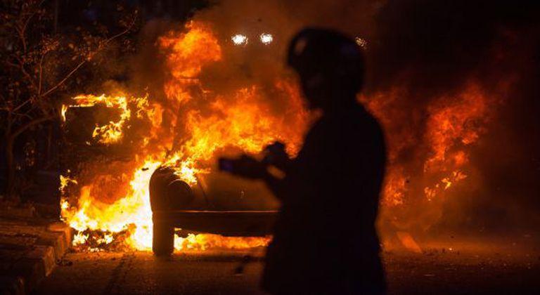 Carro incendiado durante protesto em São Paulo.