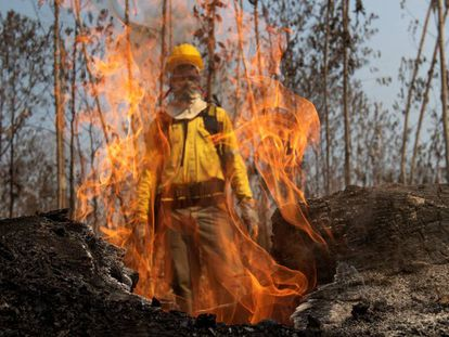 Bombeiro trabalha para apagar incêndio em Porto Velho