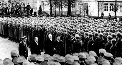 O chanceler Konrad Adenauer, o segundo à direita, inspeciona um exército em 1956.