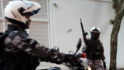 Policiais no Rio de Janeiro.