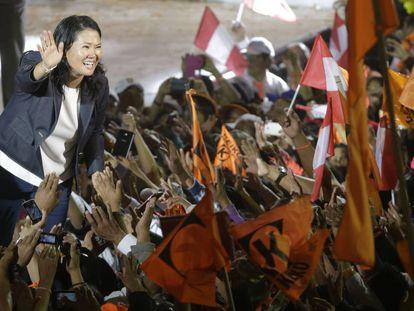Keiko Fujimori cumprimenta seus apoiadores.