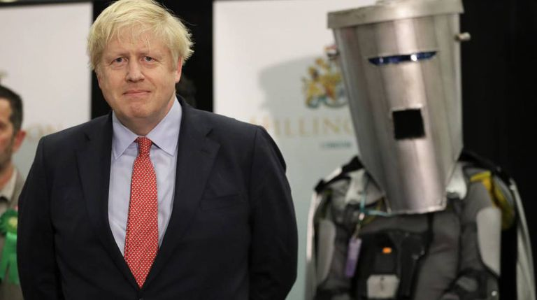 Boris Johnson deixa a sede do Partido Conservador, na madrugada desta sexta-feira, após conhecer os resultados eleitorais.