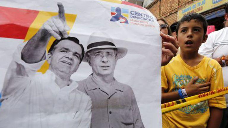 Cartaz em comício mostra Zuluaga e Uribe juntos.