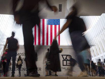 Imagem de trabalhadores passando pelo World Trade Center, em Nova York.