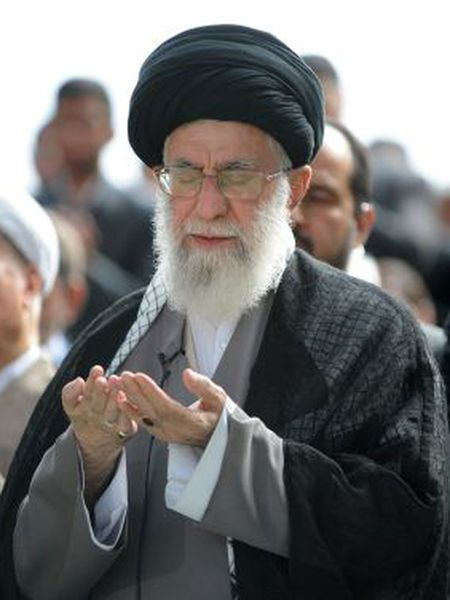 Khamenei na prece final do Ramadã.