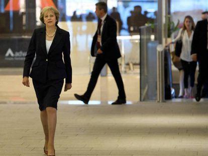 A primeira-ministra britânica, Theresa May, ao chegar à reunião do Partido Conservador, em Birmingham (Inglaterra).