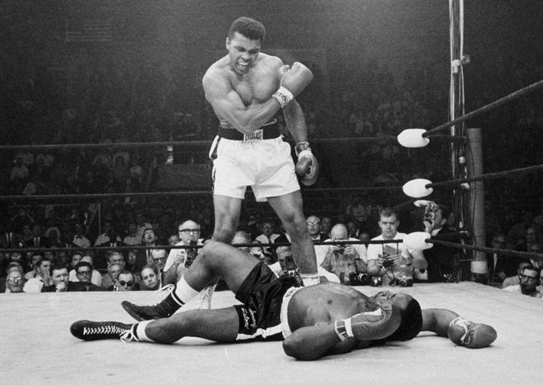 Muhammad Ali, em luta contra Sonny Liston em maio de 1965.