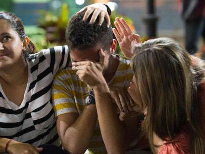 Simpatizantes de Leopoldo López nas imediações do tribunal depois da sentença.
