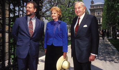 Abby O'Neill e David Rockefeller e, à esquerda, outro familiar.