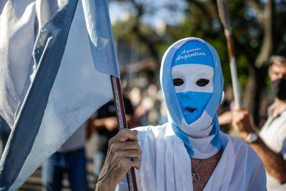 Manifestante participa de uma passeata contra o presidente argentino, Alberto Fernández, em 12 de outubro, em Buenos Aires.
