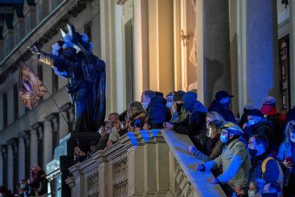 Um grupo de fiéis em frente à igreja da praça das Três Cruzes, na sexta-feira em Varsóvia, guarda o templo para evitar incidentes com os manifestantes.