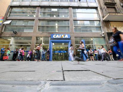Fila na agência da Caixa no centro de São Paulo nesta sexta-feira.