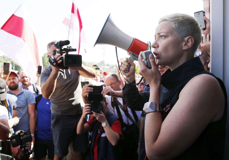Kolesnikova fala a trabalhadores de uma fábrica de tratores de Minsk durante uma greve, em 17 de agosto.