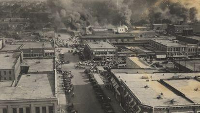 Foto dos incêndios durante o massacre de 1º de junho de 1921, mantida no Departamento de Coleções Especiais da Biblioteca McFarlin da Universidade de Tulsa.