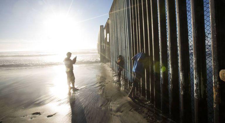 O muro entre o México e os EUA na praia de Tijuana.