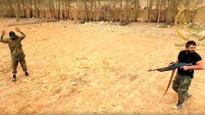 Cena da gravação de uma execução extrajudicial cometida pelo comandante líbio Mahmoud al Werfalli.