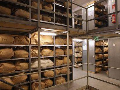 Milhares de documentos da Stasi esperam para ser restaurados.