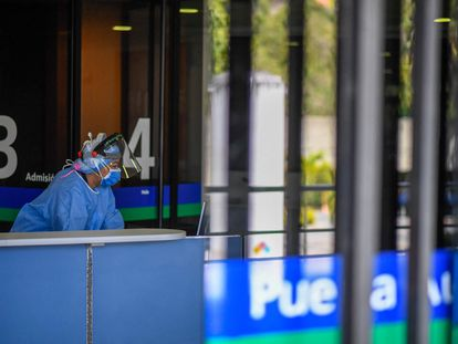 Uma profissional de saúde na entrada do hospital Trinidad Teaching Medical Center, em Caracas, na sexta-feira.