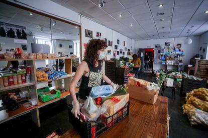 Voluntária trabalha no Teatro del Barrio, que transformou suas instalações em Madri em um armazém de banco de alimentos para distribuição de cestas básicas a famílias carentes, em 24 de abril de 2020.