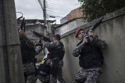 Agentes da Força Nacional fazem operação no Complexo da Maré, nesta quinta.