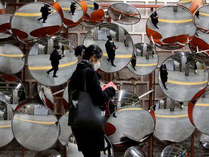 Uma mulher usa uma máscara para prevenir do coronavírus em Seúl, na Coreia do Sul.