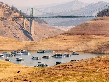 Botes ancorados no lago Oroville, que está com apenas 22% da sua capacidade.