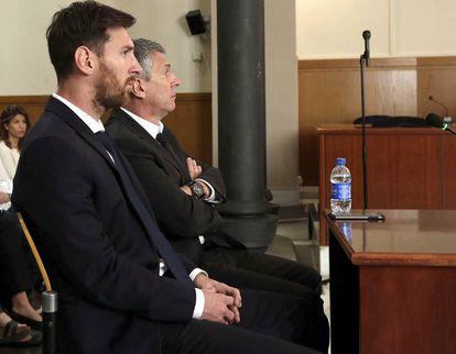 Lionel Messi e seu pai durante uma audiência em tribunal de Barcelona