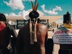 Indígenas protestando contra o marco temporal, em Brasília.