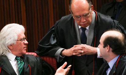 Gilmar Mendes (C) conversa com os colegas Napoleão Nunes e Tarcísio Vieira no TSE nesta quarta-feira.