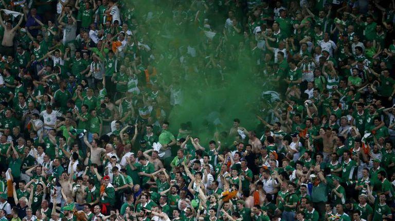 Torcida da Irlanda comemora classificação.