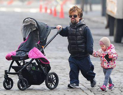 O ator passeia com a filha mais velha (nunca revelou seu nome, embora os meios de comunicação se refiram a ela como Zelig) pelos arredores de sua casa em 2014.