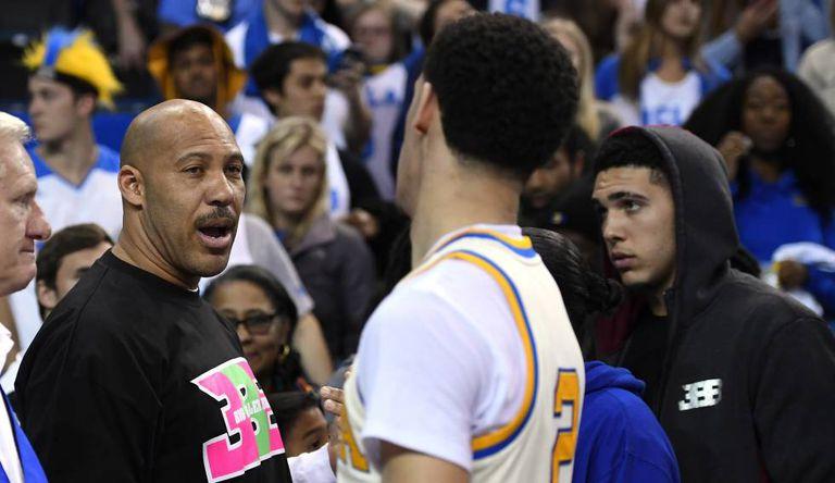 LaVar Ball cumprimenta seu filho, Lonzo Ball, jogador da UCLA.