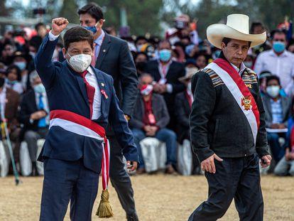 Guido Bellido, à esquerda, e Pedro Castillo, em 29 de julho em Ayacucho, no sul do Peru.