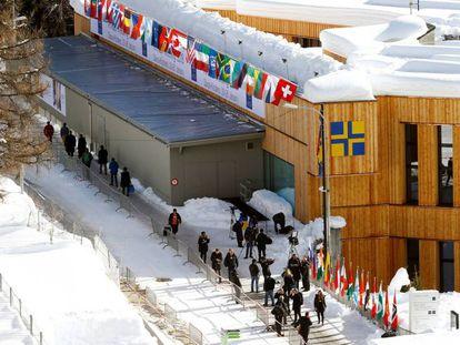 Público diante do edifício do Fórum Econômico Mundial na estação de esqui suíça de Davos, em 2018.