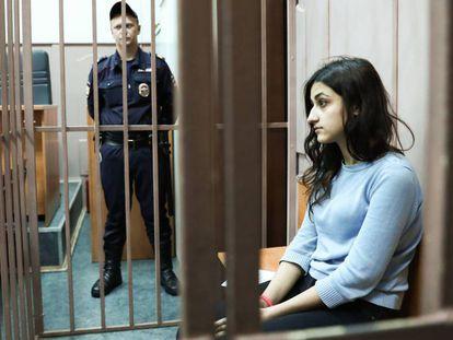 Krestina Khachaturian, uma das irmãs acusadas de matar seu pai, em uma das audiências judiciais em Moscou, em setembro.
