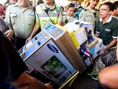 Varias personas compran electrodomésticos en Caracas.