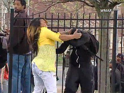 Imagem do vídeo em que mulher repreende seu filho.