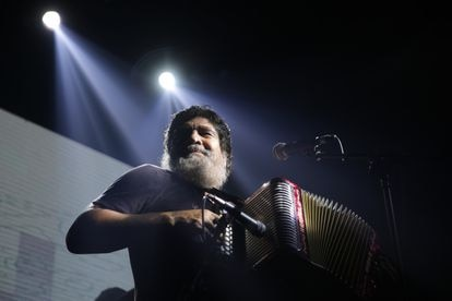 O músico Celso Piña, durante um show em 2018.